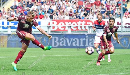 Torino's Maxi Lopez (L) in action during the Italian Serie A soccer match Torino FC vs FC Crotone at Olimpico stadium in Turin, Italy, 15 April 2017.