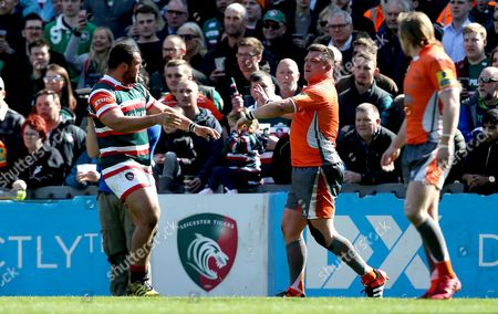 Ellis Genge of Leicester Tigers and David Wilson of Newcastle Falcons fight