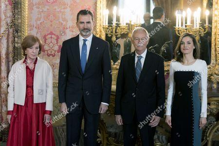 Eduardo Mendoza Garriga (2R) Anna Soler (L), King Felipe VI and Queen Letizia Rocasolano (R)