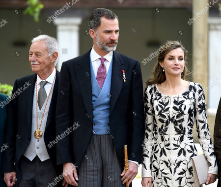 Spain's King Felipe VI (C) and Queen Letizia (R) pose next to Spanish writer Eduardo Mendoza (L) at the end of the Miguel de Cervantes 2016 award ceremony at Alcala de Henares University on the outskirts of Madrid, Spain, 20 April 2017. Spanish writer Eduardo Mendoza Garriga has received this year's award. The Cervantes Prize is annually awarded to honour the lifetime achievement of an outstanding writer in the Spanish language.