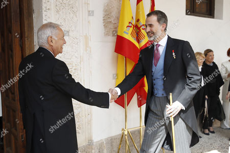Spain's King Felipe VI (R) greets Spanish writer Eduardo Mendoza (L), prior to the Miguel de Cervantes 2016 award ceremony at Alcala de Henares University, outskirts of Madrid, Spain, 20 April 2017. Mendoza has received this year's award. Cervantes Prize is annually awarded to honour the lifetime achievement of an outstanding writer in the Spanish language.