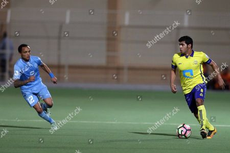 Al-Batin player Jonathan Benítez (L) in action for the ball with Al-Nassr player Yahya Al-Shehri (R) during the Saudi Professional League soccer match between Al-Batin and Al-Nassr at Al-Batin Club Stadium, Hafr Al-Batin, Saudi Arabia, 21 April 2017.