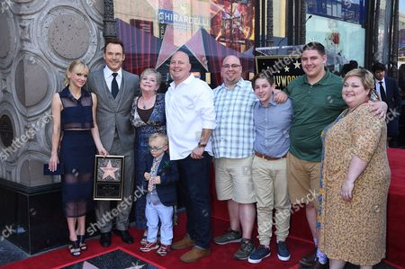Chris Pratt with wife Anna Faris, son Jack Pratt, mother Kathy Pratt, brother Cully, sister Angie and family members