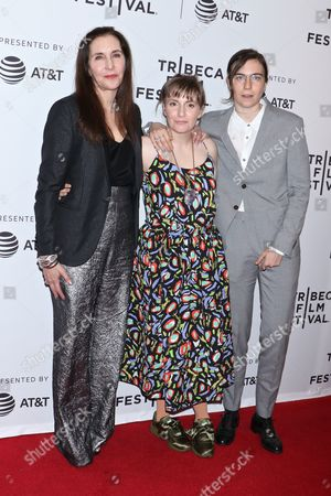 Lena Dunham with mother Laurie Simmons (L) and sister Grace Dunham (R)