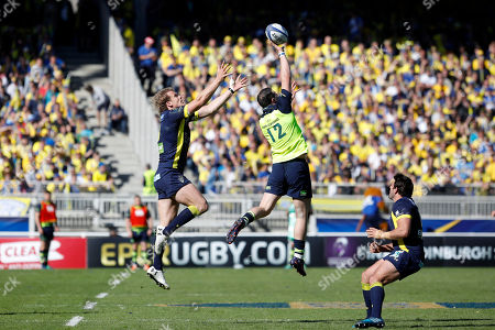 Clermont's Aurelien Rougerie, left, reaches for the ball with Leinster's Robbie Henshaw, center, during their European Rugby Champions Cup semifinal match at Gerland stadium, in Lyon, central France