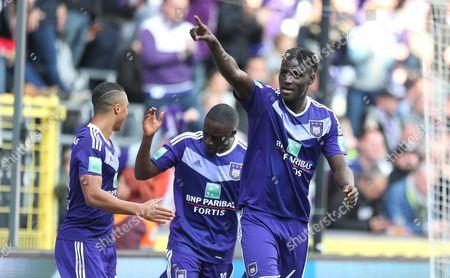 Kara MBODJI celebrates with teammates