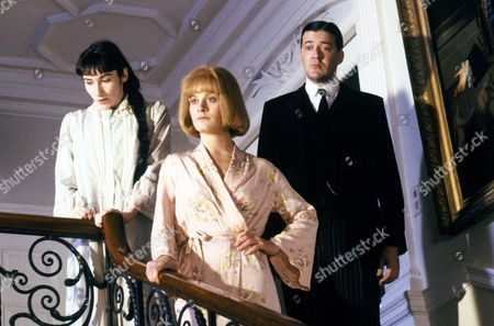 Stock Image of 'Jeeves and Wooster'  - Madeline Bassett [Francesca Folan], Angela Travers [Amanda Elwes] and Jeeves [Stephen Fry]