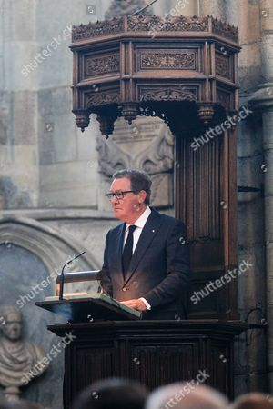 His Excellency The Honourable Alexander Downer AC, High Commissioner for Australia, reads the First Lesson, from Isaiah.