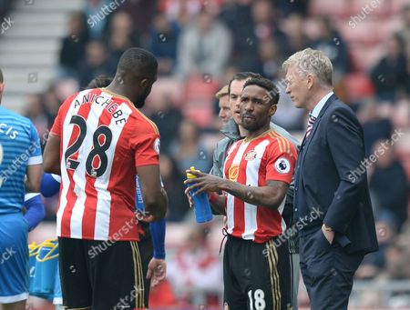 David Moyes manager of Sunderland (right) discusses tactics with Jermain Defoe of Sunderland (centre) and Victor Anichebe of Sunderland during a break in play during the Premier League match between Sunderland and AFC Bournemouth played at Stadium of Light, Sunderland on 29th April 2017