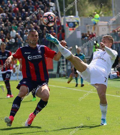 Crotone's Aleandro Rosi (L) and Milan's Gerard Deulofeu in action during the Italian Serie A soccer match FC Crotone vs AC Milan at Ezio Scida stadium in Crotone, Italy, 30 April 2017.