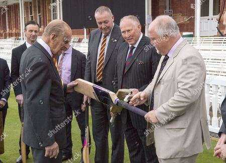 """Former england cricket captain Mike Gatting shows Prince Philip an illegal short blade cricket bat Prince Philip said; """"thats an offensive weapon"""""""