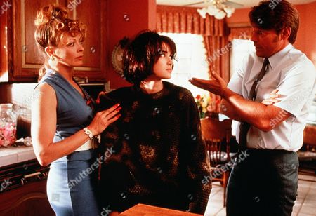 Stock Image of 'Welcome Home, Roxy Carmichael'  Film - 1990 -  Les Bossetti (Graham Beckel)  and Rochelle (Francis Fisher) talk with Dinky (Winona Ryder)