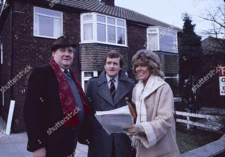 Stock Photo of Bryan Mosley (as Alf Roberts) Mark Lindley (as Barry Sutcliffe) and Sue Nicholls (as Audrey Roberts)