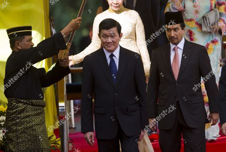 Visiting Vietnamese President Truong Tan Sang (c) Walks with Malaysia's King Sultan Mizan Zainal Abidin (r) During a Welcoming Ceremony at the Parliament Square in Kuala Lumpur Malaysia 28 September 2011 Malaysia is Vietnam's Ninth Largest Trading Partner and the Fifth Biggest Investor in the Country Malaysia Kuala Lumpur
