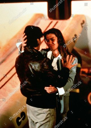 'A Wing and a Prayer' - Jack and Shelley (Jeff Yagher and Claudia Christian) share a romantic moments.