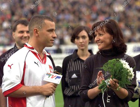 Warsaw Poland: Jolanta Kwasniewski Wife of Polish President Alexsander Kwasniewski Applauds Italian Musician Eros Ramazotti As He Addresses Spectators Prior to a Charity Soccer Match Between Italian and Polish Artists Saturday 25 September 1999 in Warsaw All Money Raised During the Match is For the Benefit of the Planned Project Tolerance School a School and Meeting Point For Children From All Ethnic Groups in the Kosovo Province