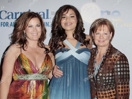 Jordin Sparks (centre), Mother Jodi Sparks and Grandmother Pam