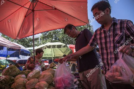 Chinese customers buy vegetables in a market in Beijing, China, 10 May 2017. China's consumer price index (CPI), a main gauge of inflation, in April rose 1.2 percent on year after gaining 0.9 percent in March. The producer price index (PPI) in April rose 6.4 percent from a year earlier, according to figures released by the National Bureau of Statistics on 10 May.