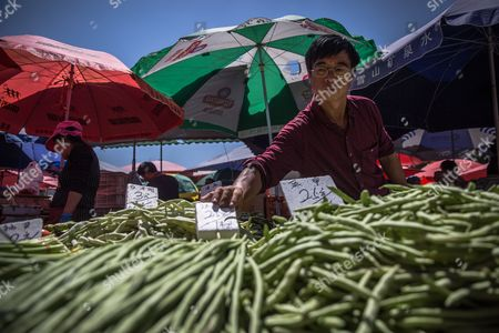 A Chinese vendor waits for buyers in a market in Beijing, China, 10 May 2017. China's consumer price index (CPI), a main gauge of inflation, in April rose 1.2 percent on year after gaining 0.9 percent in March. The producer price index (PPI) in April rose 6.4 percent from a year earlier, according to figures released by the National Bureau of Statistics on 10 May.