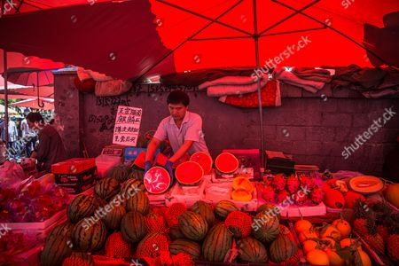 A Chinese vendor waits for buyers at his fruit stall in a market in Beijing, China, 10 May 2017. China's consumer price index (CPI), a main gauge of inflation, in April rose 1.2 percent on year after gaining 0.9 percent in March. The producer price index (PPI) in April rose 6.4 percent from a year earlier, according to figures released by the National Bureau of Statistics on 10 May.