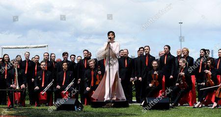 South Korean-born Australian Singer Dami Im (c) Sings the National Anthem Before the Melbourne Cup on Melbourne Cup Day at Flemington Racecourse in Melbourne Victoria Australia 01 November 2016 Australia Melbourne