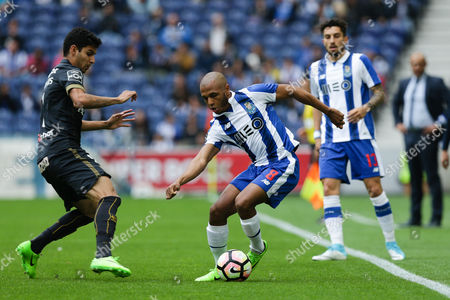 FC Porto's Yacine Brahimi (R) vies for the ball with Pacos de Ferreira´s Diego Medeiros during their Portuguese First League soccer match held at Dragao stadium in Porto, Portugal, 14 May 2017.