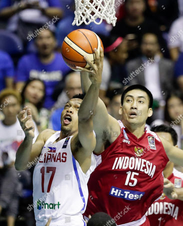 Jayson Castro William (L) of the Philippines in action against Christian Ronald Setipu (R) of Indonesia during the men's South East Asia Basketball (SEABA) Championship final match between the Philippines and Indonesia at the Araneta Coliseum in Manila, Philippines, 18 May 2017.