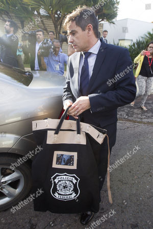 Federal Police members leave the residence of Brazilian Senator Aecio Neves with documents seized in Brasilia, Brazil, 18 May 2017. Federal Police (PF) searched several properties of Neves, an influential ally of the government of President Michel Temer, who faces bribery accusations after he was allegedly taped approving a payment to buy the silence of former Chief of the Chamber of Deputies Eduardo Cunha, who is in prison for participating in the plot of corruption of Petrobras, according to a report by Brazilian newspaper 'O Globo'.