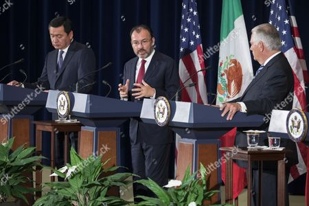 Mexican Foreign Secretary Luis Videgaray (C), with Mexican Secretary of Government Miguel Angel Osorio Chong (L) and US Secretary of State Rex Tillerson (R), responds to a question from the news media after participating in the Strategic Dialogue on Disrupting Transnational Criminal Organizations at the State Department in Washington, DC, USA, 18 May 2017.