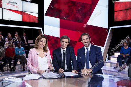French journalists and TV hosts David Pujadas (C) and Lea Salame (L) pose with the newly appointed French Secretary of State for Parliamentary Relations and Government Spokesperson, Christophe Castaner