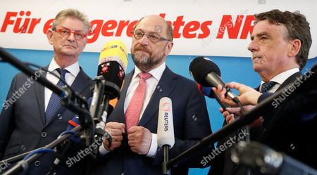 Norbert Roemer, (L-R), treasurer of North Rhine-Westphalian Social Democratic Party (SPD), Martin Schulz, German Chancellor candidate and leader of the Social Democartic Party (SPD), and Michael Groschek, acting Minister for Transport in North Rhine-Westphalia, during a press conference after the SPD Executive Committee meeting in Duesseldorf, Germany, 19 May 2017. The Executive Committee agreed to propose Groschek as a candidate for new SPD's leader in North Rhine-Westphalia. SPD's election defeat on 14 May 2017 led to the resignation of party leader Hannelore Kraft.