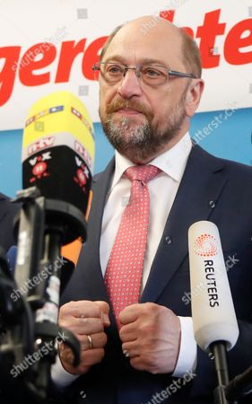 Martin Schulz, German Chancellor candidate and leader of the Social Democartic Party (SPD) clenches his fists during a press conference after the SPD Executive Committee meeting in Duesseldorf, Germany, 19 May 2017. The Executive Committee agreed to propose Michael Groschek (not pictured) as a candidate for new SPD's leader in North Rhine-Westphalia. SPD's election defeat on 14 May 2017 led to the resignation of party leader Hannelore Kraft.