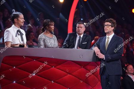 Die Jury: Jorge Gonzalez (l.), Motsi Mabuse and Joachim Llambi mit Moderator Daniel Hartwich.