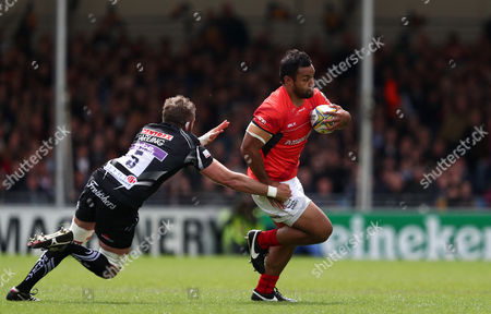 Billy Vunipola of Saracens gets away from Geoff Parling of Exeter Chiefs