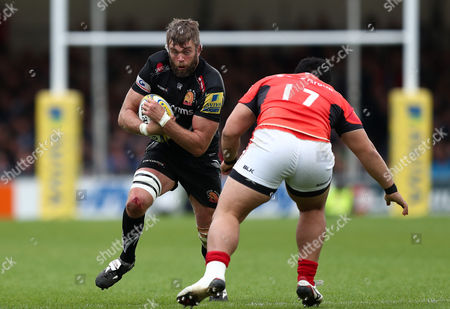 Geoff Parling of Exeter Chiefs runs at Titi Lamositele of Saracens