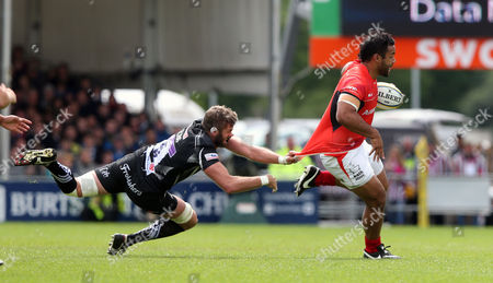 Billy Vunipola of Saracens escapes from Geoff Parling of Exeter Chiefs