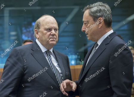 Irish Finance Minister Michael Noonan (L) and President of the European Central Bank (ECB) Mario Draghi prior to the start of a Eurogroup Finance Ministers' meeting at the EU Council, in Brussels, Belgium, 22 May 2017.
