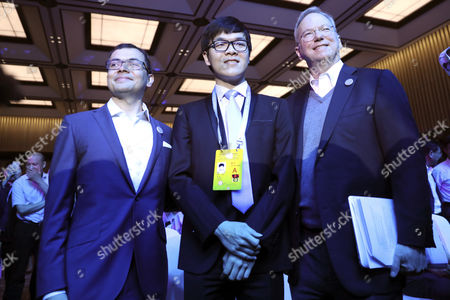 Demis Hassabis (L), co-founder of Google's artificial intelligence (AI) startup DeepMind, Chinese Go player Ke Jie (C) and Alphabet executive chairman Eric Schmidt (R), pose for photo ahead the opening ceremony of the Future of Go summit ahead of a match between Ke Jie and Google's artificial intelligence program AlphaGo at Wuzhen internet international conference and exhibition center in Wuzhen, China's Zhejiang province, 23 May 2017. The summit is held from 23 to 27 May in Wuzhen.