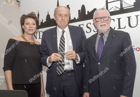 Paul Dacre. Daily Mail Editor-in-chief Paul Dacre Receiving An Award For Daily Newspaper Of The Year At The Annual London Press Club Awards Ceremony. 5/4/2016 Paul Dacre With Judges Bill Hagerty And Tv Presenter Kate Silverton.