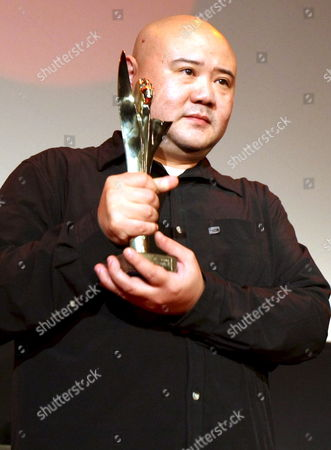 China's Director Cai Shangjun Holds the 'Golden Alexander' Award For His Film 'Red Awn' ('hongse Kanbaiyin') During the Awards Ceremony of the 48th Thessaloniki Film Festival in Thessaloniki Greece 25 November 2007 the 'Golden Alexander' is Awarded to the Best Film Greece Thessaloniki