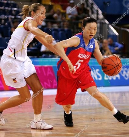 Korea's Mi Sun Lee (r) Dribble Around Spain's Marta Fernadez (l) During the First Half of the China Vs Spain Olympic Tournament Match on Sunday August 22 2004 at the Hellinikon Indoor Hall For the Athens 2004 Olympic Games Spain Defeated Korea 64 to 61 Epa/dpa/ana/akis Mikoniatis Greece Athens