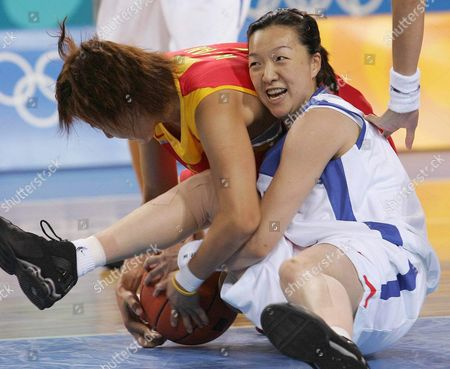 Korea's Player Sun Mi Lee (r) Fights For the Ball with China's Wei Pan During the Second Half of the Women's Preliminary Round Basketball Match Korea Vs China at the Hellinikon Indoor Arena Saturday 14 August 2004 Epa/ana/dpa Akis Mykonitas Greece Athens