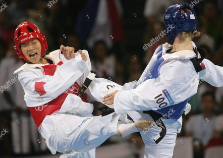 Zhong Chen (red) From China Fights with Myriam Baverel (blue) From France During the Women's 67kg Bout of the Taekwondo Final of the Athens 2004 Olympic Games Sunday 29 August 2004 Epa/ana Paris Papaioannou Greece Athens