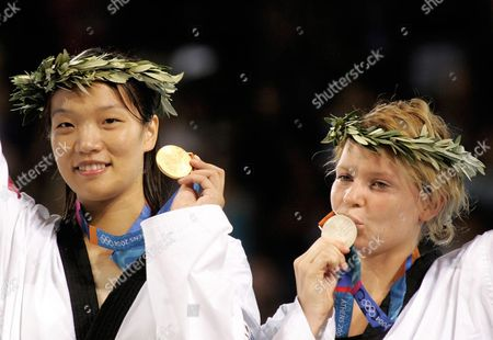 Stock Image of Zhong Chen (l) From China and Myriam Baverel (r) From France Show Their Gold (l) and Silver Medal After the Final Bout of the Women's +67 Kg Taekwondo Category of the Athens 2004 Olympic Games Sunday 29 August 2004 Epa/ana Paris Papaioannou Greece Athens