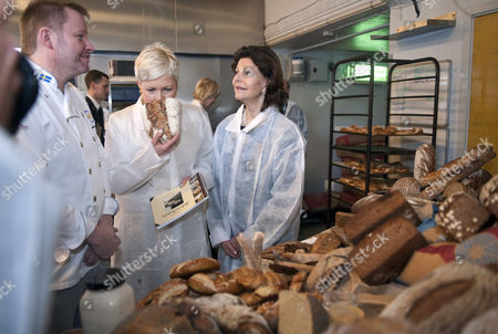 Evelin Ilves (2l) Wife of the Estonian President Toomas Hendrik Ilves Sniffs a Sourdough Bread Produced by Baker Manfred Enoksson (l) During a Visit with Swedish Queen Silvia (c) to the Biodynamic Farm Salta Kvarn in Jarna 48 Km South West of Stockholm Sweden on 19 January 2011 the Estonian Presidential Couple is in Sweden on a Three Day State Visit Sweden Stockholm