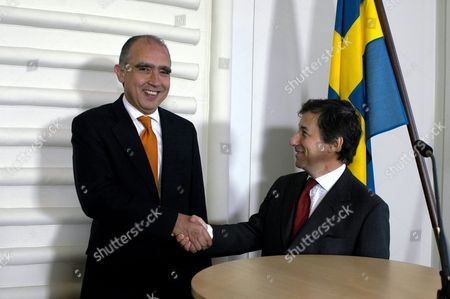 Stock Picture of Mexico's Secretary of Trade and Industrial Promotion Fernando Canales (l) Shake Hands with Swedish Minister of Industri and Trade Leif Pagrotsky (r) in Connection to a Meeting where They Discussed World Trade Organisation (wto) Issues Sweden Stockholm