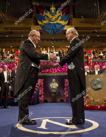 Us Dale T Mortensen (l) Receives the Shared Nobel Prize in Economic Sciences From Swedish King Carl Xvi Gustaf (r) at the Concert Hall in Stockholm Sweden 10 December 2010 Professor Mortensen is a Us Citizen Affiliated to Northwestern University Evanston Il Usa and Aarhus University Aarhus Denmark Us Peter Diamond and Dale Mortensen and Christopher Pissarides a British and Cypriot Citizen Won the 2010 Nobel Economics Prize For Developing Theories That Help Explain How Economic Policies Can Affect Unemployment Sweden Stockholm