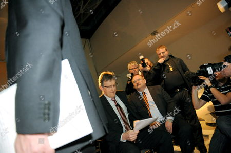 Jan Ake Jonsson (l) Ceo of General Motors Corp 'S Swedish-based Subsidiary Saab Reads a Paper Prior to a Press Conference in Trollhattan Sweden 20 February 2009 After Saab Went Into Bankruptcy Protection Earlier in the Day Sweden Trollhattan