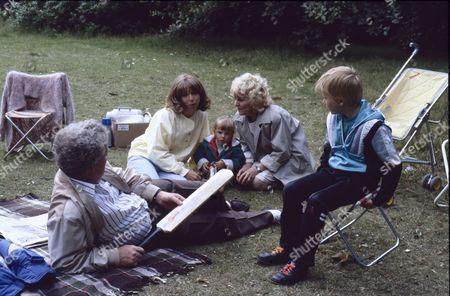 Geoff Hinsliff (as Don Brennan), Helen Worth (as Gail Tilsley), Lynsay King (as Sarah Platt), Lynne Perrie (as Ivy Brennan) and Warren Jackson (as Nicky Tilsley)