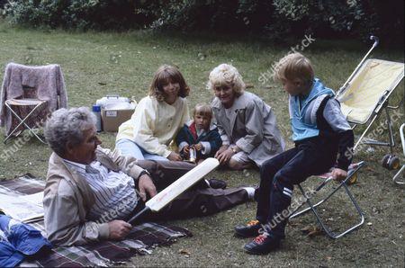 Don Brennan (as Geoff Hinsliff), Helen Worth (as Gail Tilsley), Lynsay King (as Sarah Platt), Lynne Perrie (as Ivy Brennan) and Warren Jackson (as Nicky Tilsley)